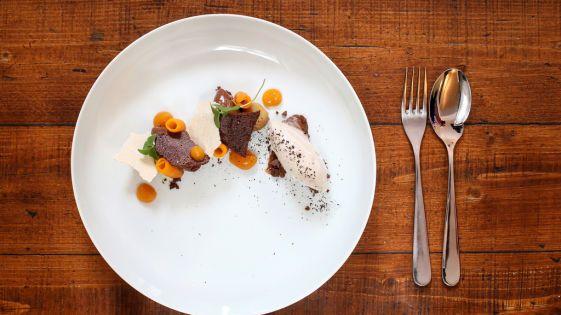 Mousse au chocolat mit Maroni-Eis und Muskatkürbis