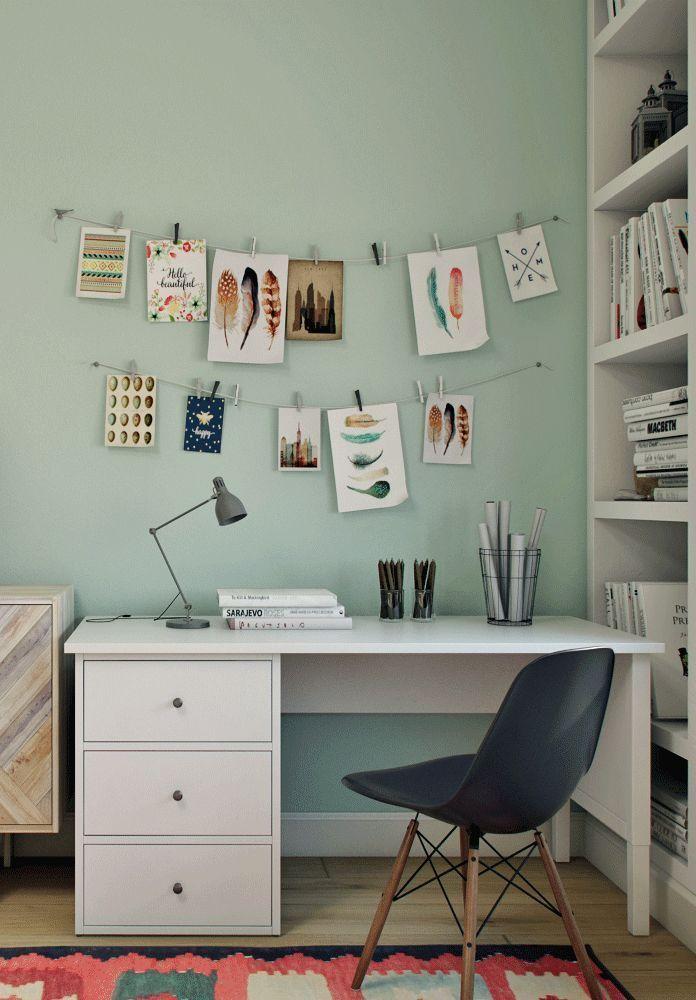 Schreibtisch im Schlafzimmer der Jugendlichen, bunt und ...