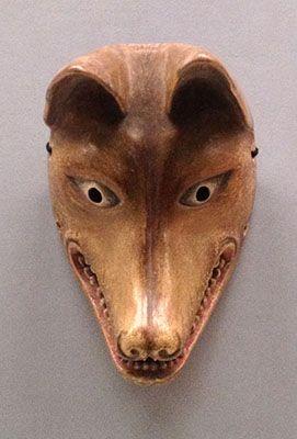 日本の伝統芸能・狂言で使われる狐のお面。狐の特徴がうまく出ている