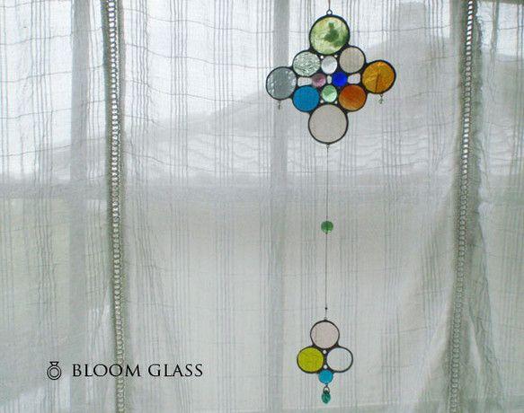 ガラスのモビールサンキャッチャーです。ステンドグラスの技法で制作しています。窓辺につるしたり、白い壁につるしてもらうととても映えます。※白などのうすい色の壁で...|ハンドメイド、手作り、手仕事品の通販・販売・購入ならCreema。