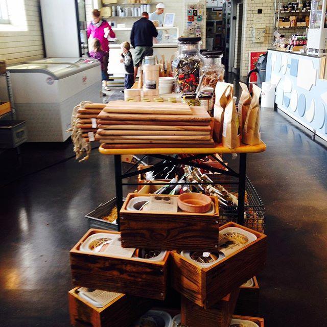 Du kan nu finde de lækre KøkkenKasser fra @tagtomat og @madebyanders hos Mejeriudsalget. Kasserne er lavet af de gamle gulvbrædder fra Vikingeskibsmuseet og vores isbokse (efter de har tjent deres is-værnepligt) Det perfekte hjem til dine krydderurter :-)