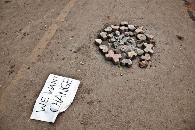 """La scritta """"we want change"""" accanto ai resti di un fuoco spento, dopo le proteste a Jantar Mantar, Delhi.    (A. De Franciscis)   Ogni giorno, il meglio del mondo è su www.thepostinternazionale.it"""