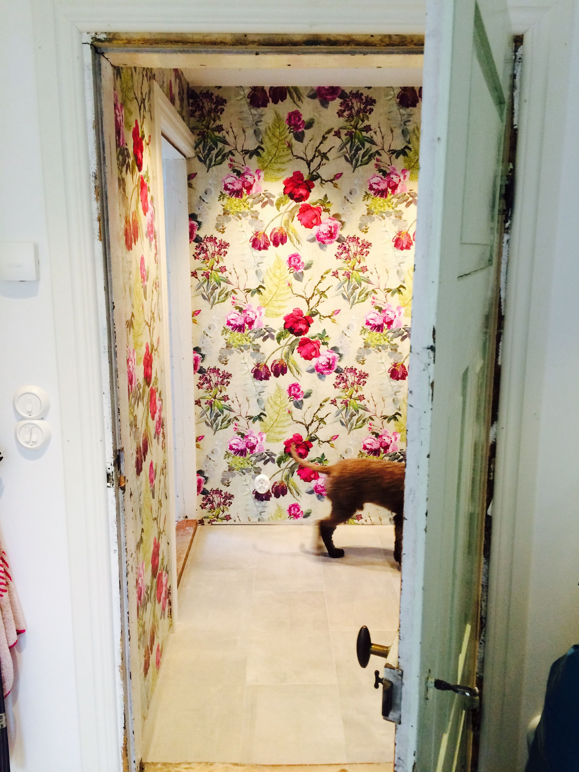 Cascading florals on your wall with our Tulipani wallpaper