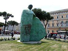 Monumento a Giovanni Paolo II a Stazione Termini  ;  scultura realizzata da Oliviero Rainaldi , inaugurata a Roma il 18 maggio 2011 in Piazza dei Cinquecento .