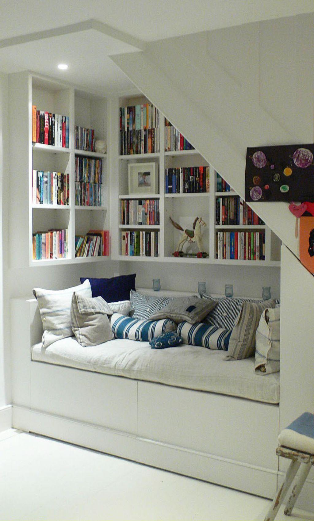 Gemütliche Leseecke: Bücherregal mit Sitzgelegenheit positioniert ...