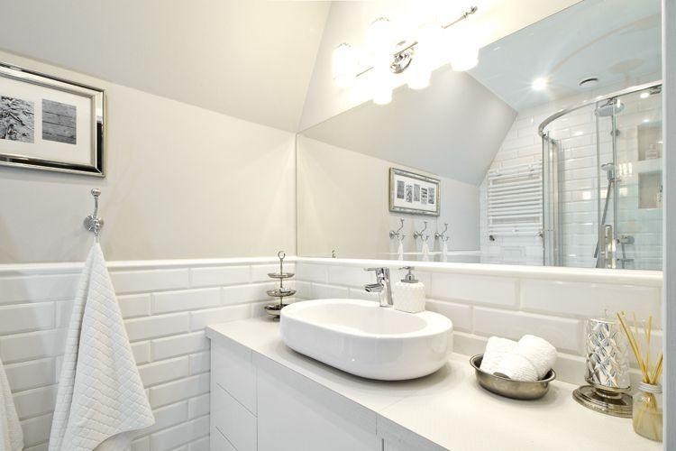Lazienka W Stylu Hampton Biale Plytki łazienki Pinterest