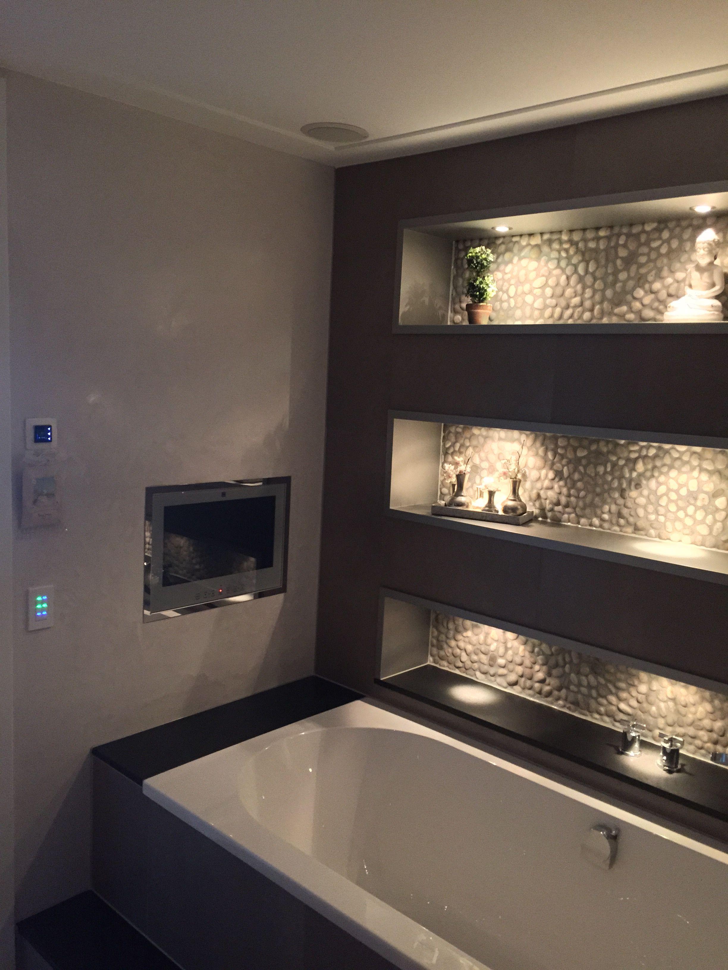 Badkamer nissen verlicht, bad met ingebouwde tv en af gewerkt met ...