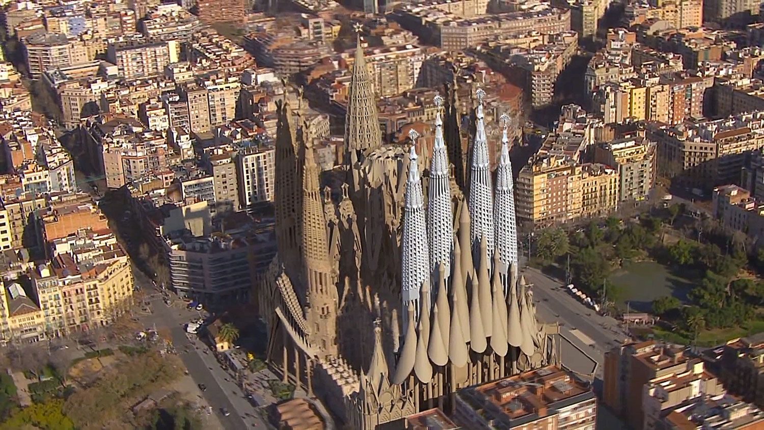Animated fly by of the completion of gaudi 39 s sagrada for Barcelona famila