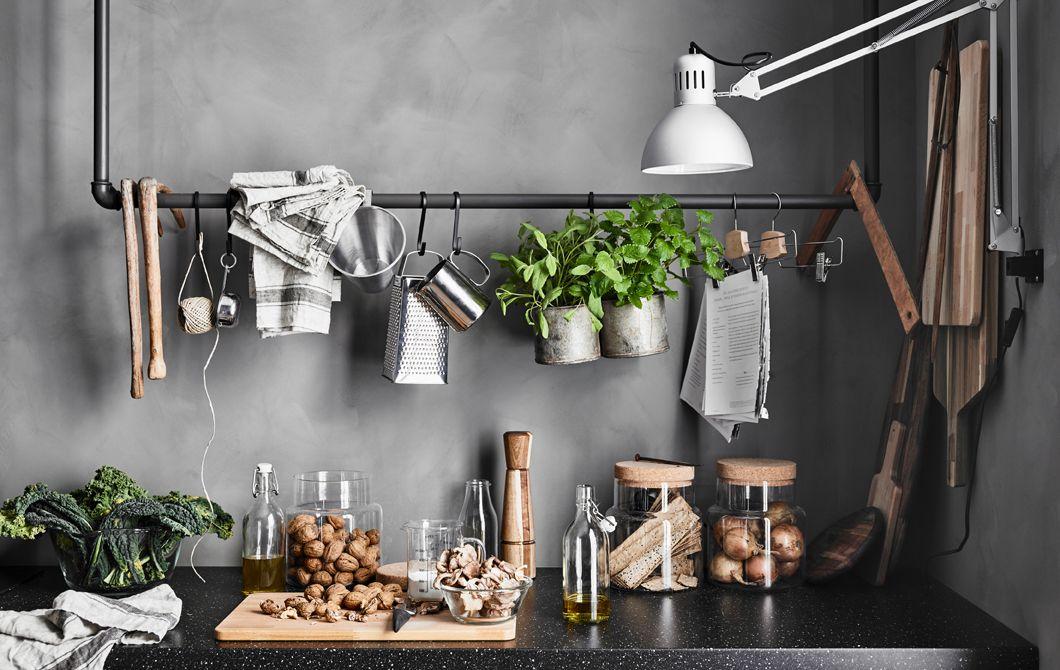 Un binario ottenuto da vecchi tubi con utensili da cucina e oggetti ...