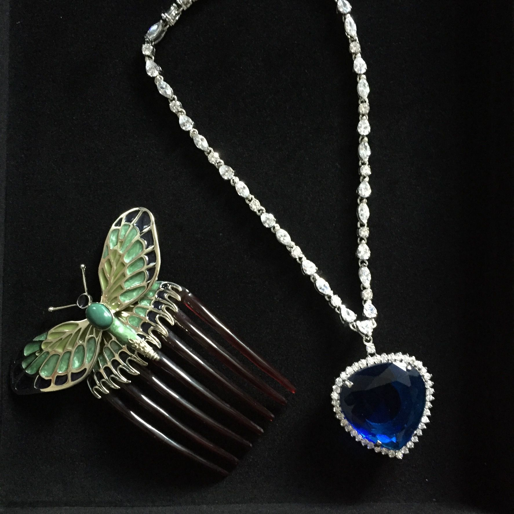540fa7033e4256 Titanic necklace and comb. Heart of the ocean