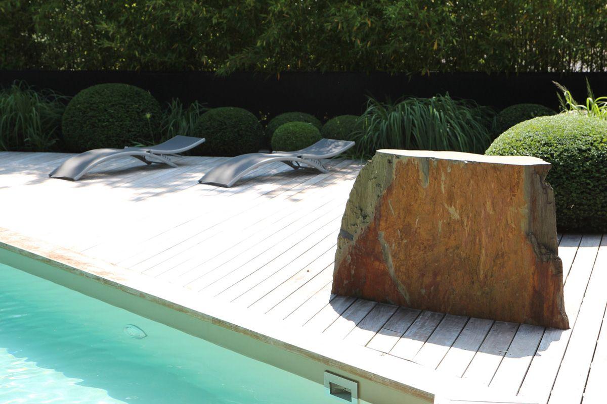 Roche ins r e dans le platelage bois de la plage de la for Bois plage piscine