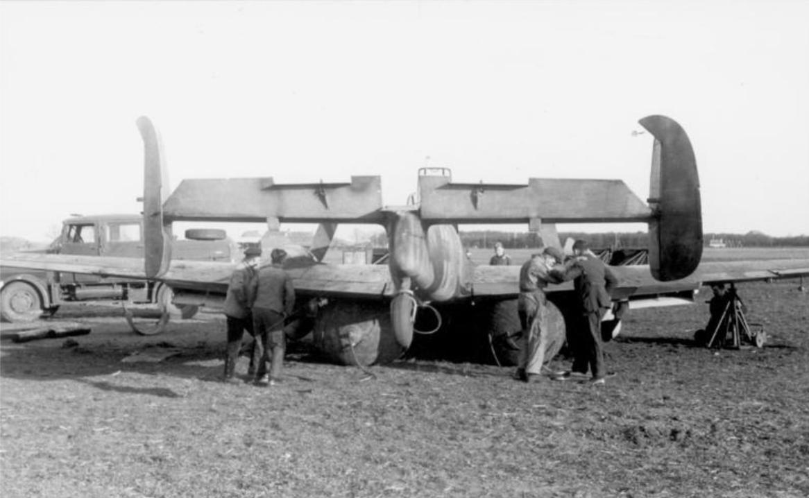21. März 1943 - Frankreich.- Nach Beschuß durch einen englischen Fernnachtjäger mußte diese deutsche Nachtjagdmaschine Me 110 notlanden