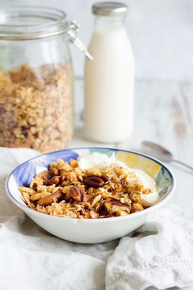 Maple & Coconut Homemade Granola Recipe | Delicious and crunchy granola made with oats, coconut flakes, nuts and maple syrup. Simple and has 6 ingredients only, making it the perfect breakfast staple! #vegan