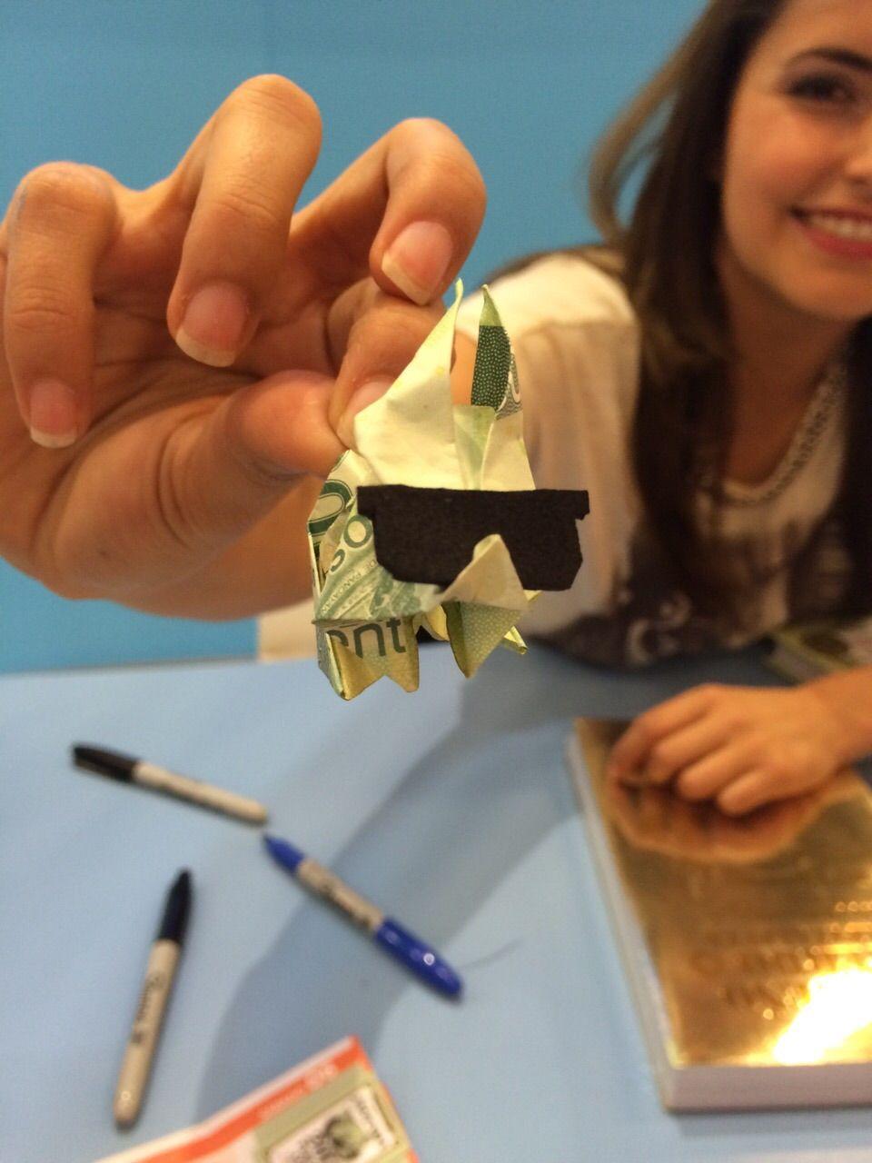 Un Pequeño Cerdo Capitalista de origami en un billete de 200 - Feria del Libro de Guadalajara 2014