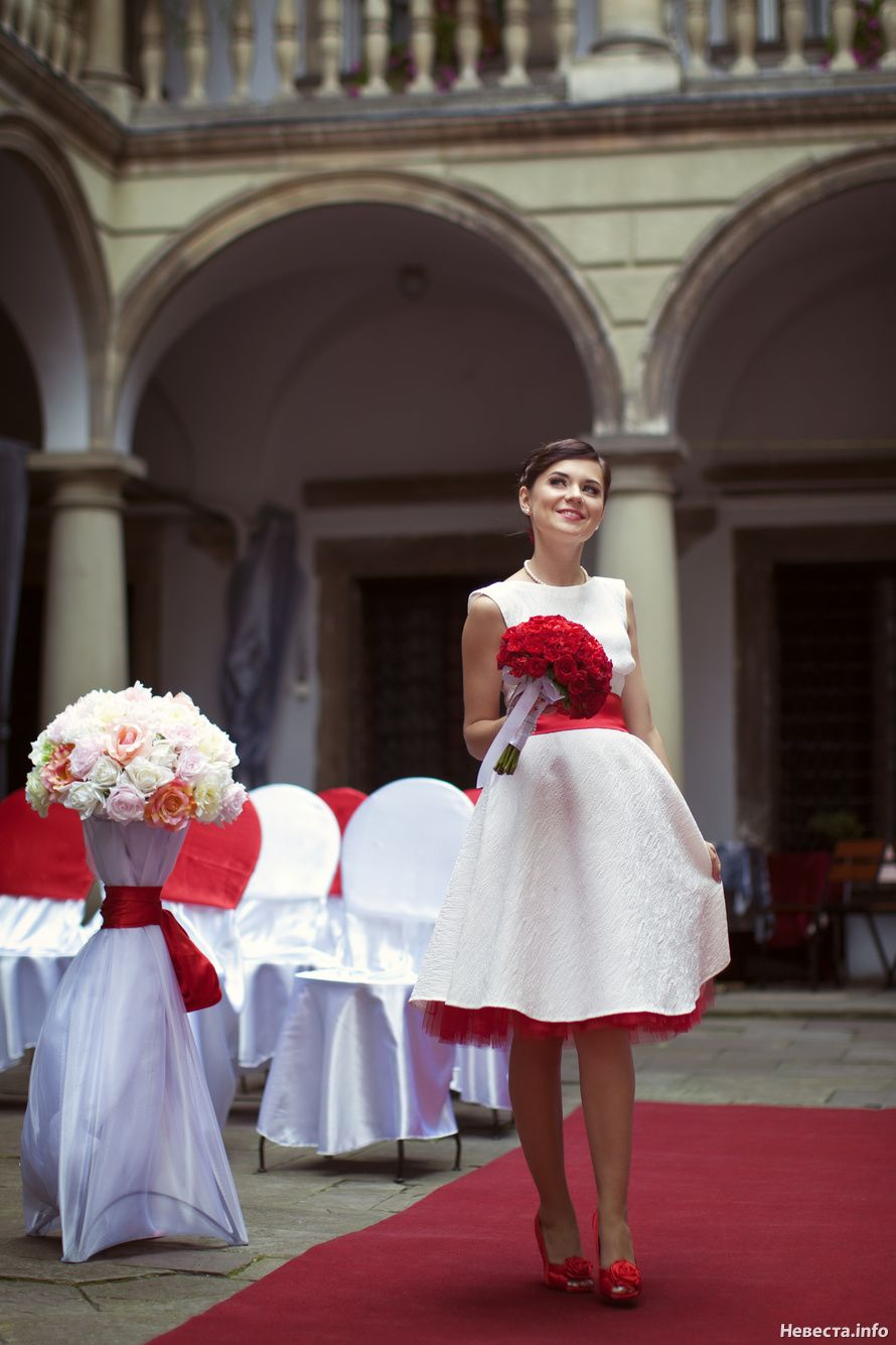 Rockabilly wedding dress plus size  red petticoat under tea length boat neck gown Red sash red heels