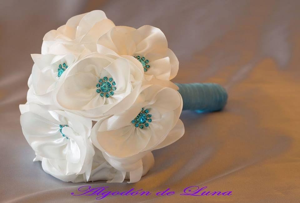 Ramo de novia con flores blancas de tela y botón de crital turquesa ...