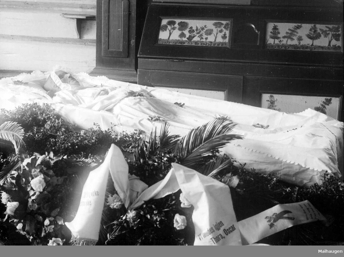 igitaltMuseum - 09.04.1910. Svend Ruststuens begravelse, åpen båre, hilsninger
