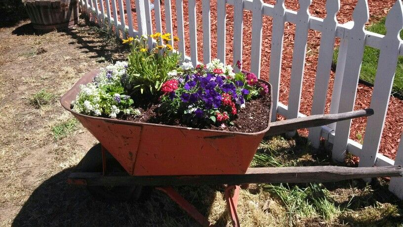 Country flower bed... love it !! | Outdoor gardens