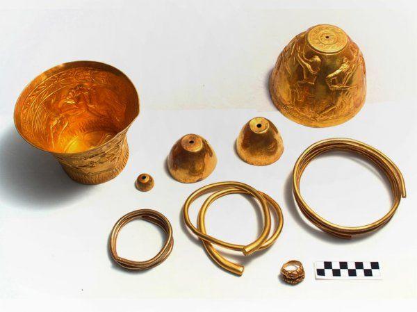 На фото: артефакты из кургана «Сенгилеевское-2»