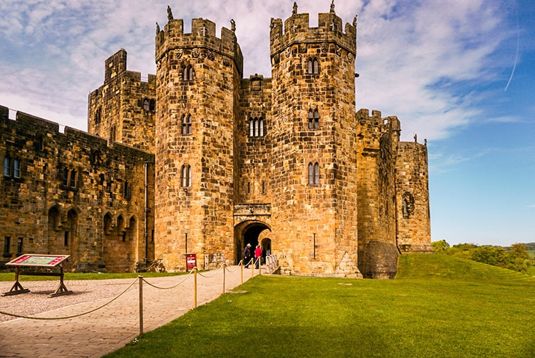 Ultimate Alnwick Castle Harry Potter Guide One Step Wanderer Alnwick Castle Castle Harry Potter Filming Locations