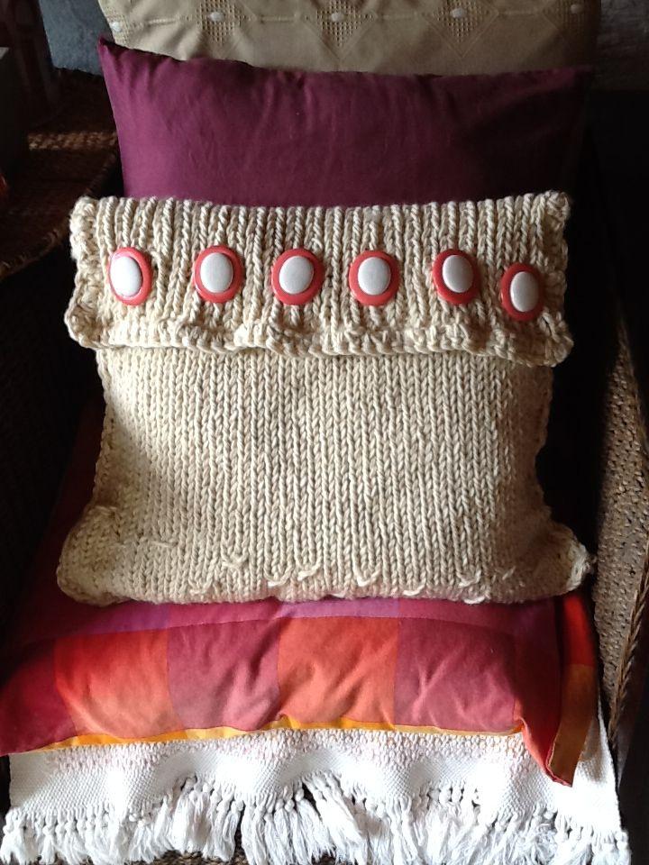 Cojin de pura lana virgen tejido con agujas grandes y con botones ...