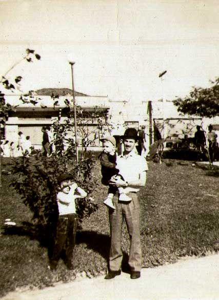 Alberto e filhos na Praça Dr. Sampaio Vidal, Vila Formosa (anos 60)  Colaboração: Adilson Richotty