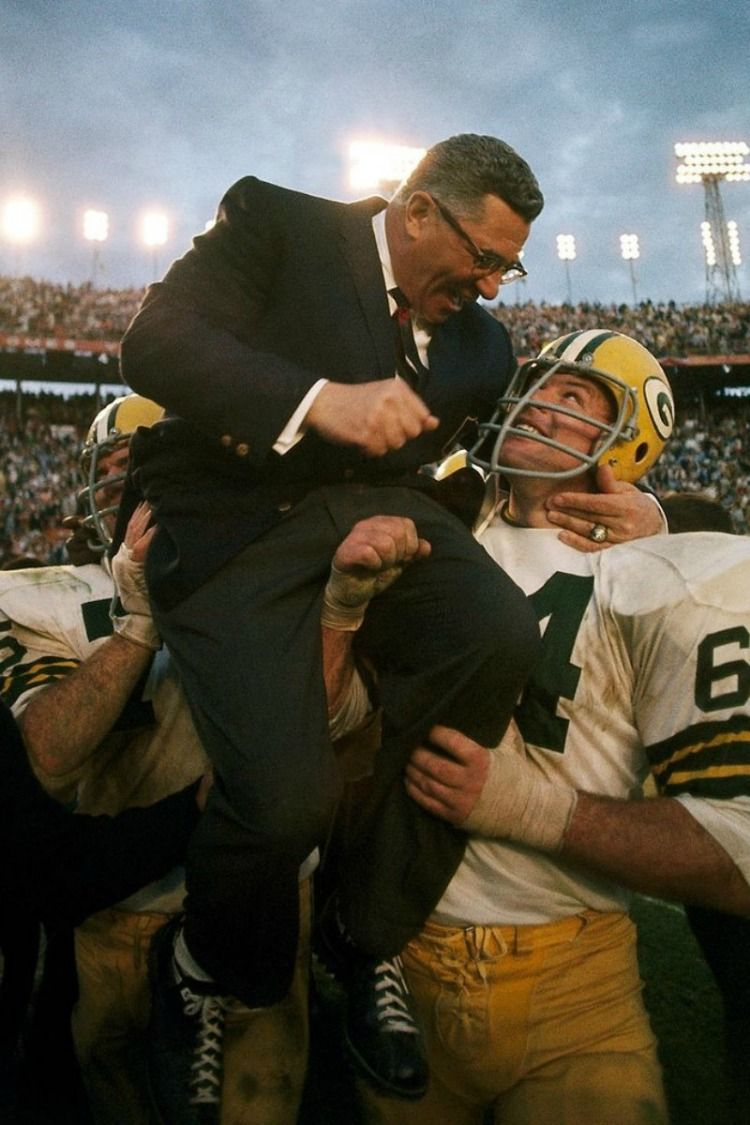 01 4 1968 Nfl Super Bowl Ii The Green Bay Packers Carry Head Coach Vince Lombardi Off The Field A Green Bay Packers Green Bay Packers Fans Vince Lombardi
