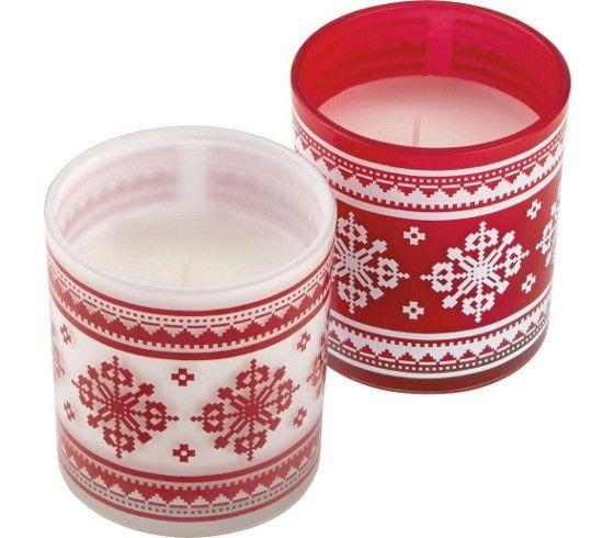 Kerze im Glas mit Aufdruck in der Farbe Rot/Weiß. Brenndauer ca. 25 Stunden. D/H: ca. 7,3/7,6cm.