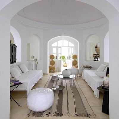 Salon blanc et beige dans villa tunisienne | Déco Salon // Living ...