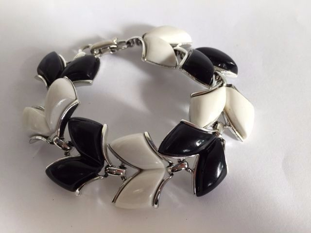 VINTAGE CORO BLACK & WHITE MOLDED LUCITE THERMOSET BRACELET-SIGNED