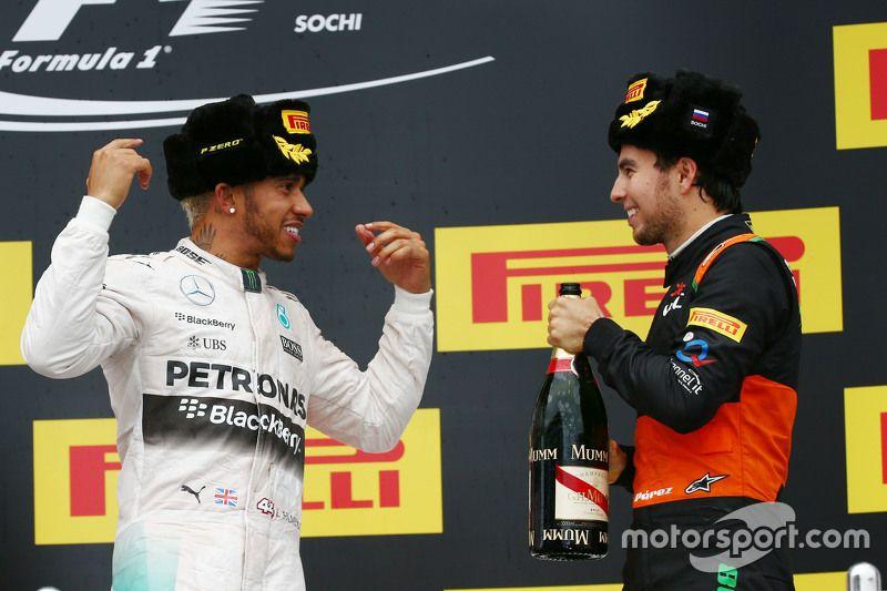 Ganador de la carrera Lewis Hamilton, Mercedes AMG F1  celebra en el podio con el tercer puesto Sergio Pérez, Sahara Force India F1