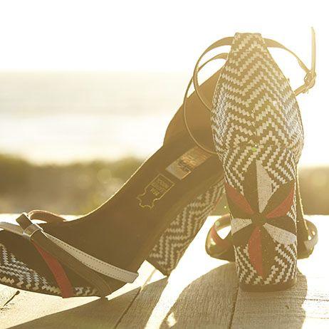 sandálias de salto ao pôr do sol