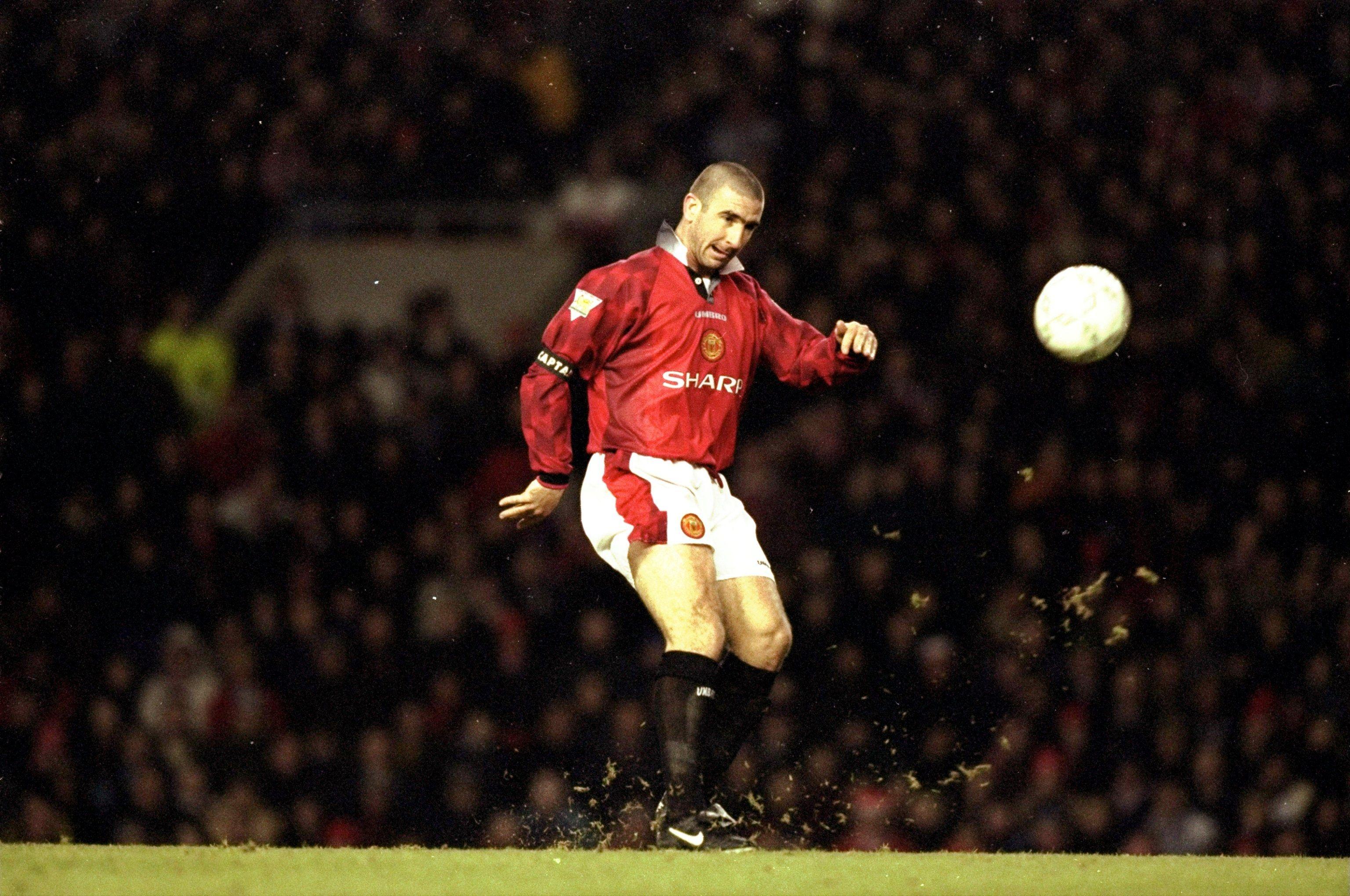 Därefter stoppades cantonas karriär 1984 för att göra det möjligt för honom att genomgå en. Cantona | Eric cantona, Manchester united legends ...