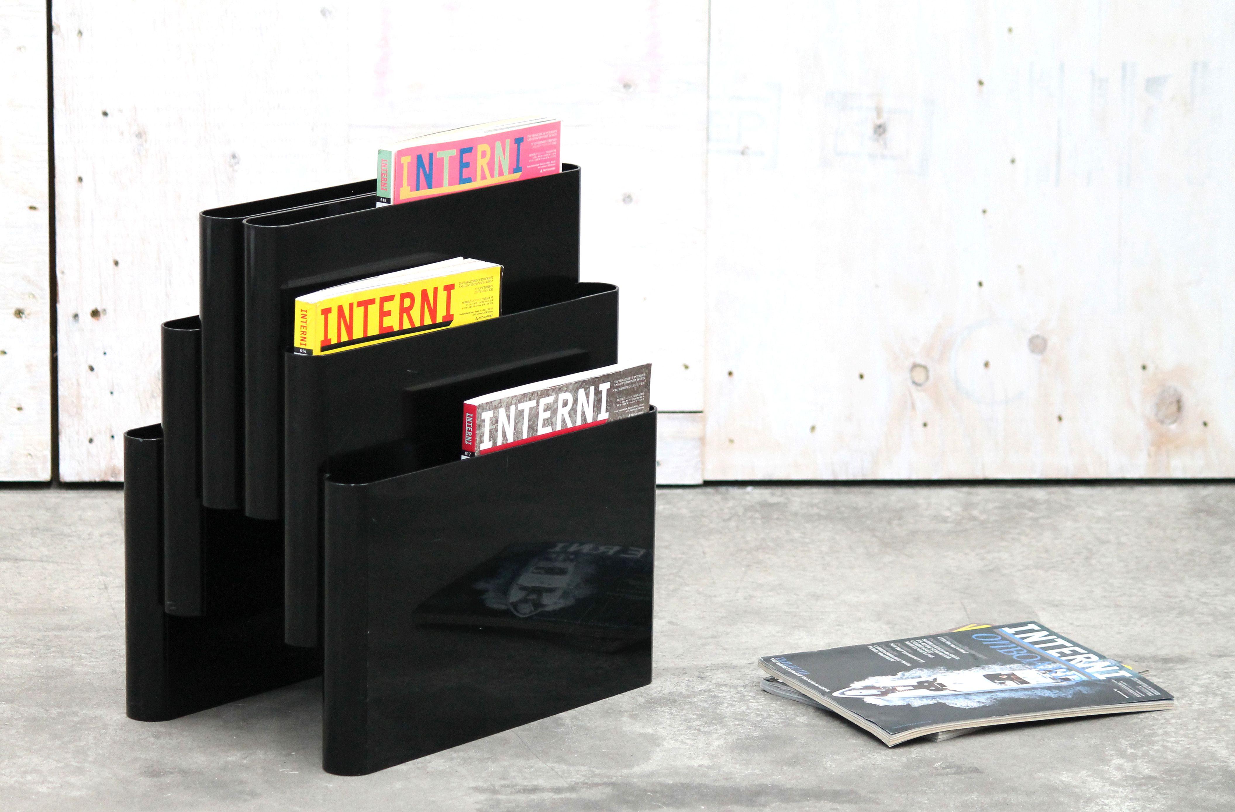 Portariviste di KARTELL, design di GIOTTO STOPPINO anno 1972. Colore nero a sei tasche con foro-maniglia che ne facilita la presa. Un classico del design italiano che fa parte della storia della KARTELL. GIOTTO STOPPINO, architetto e designer italiano, è tra i primi a sperimentare la plastica nell'industrial design.