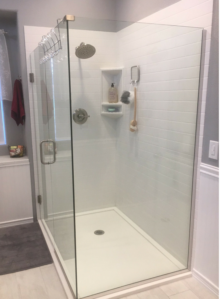 Exceptionnel An Easy To Clean Low Curb Solid Surface Shower Floor Pan In White With  Solid Surface Subway Tile Pattern Grout Free Walls And A Clear Frameless  Glass ...