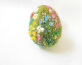 Osterei Ei Pink Floral mit Biene Feder-Ornament von Crafts2Cherish