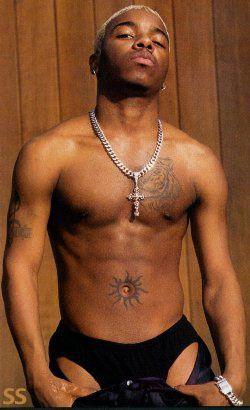 Der geistige Skorpion ohne shirt, und mit atletische Körper am Strand