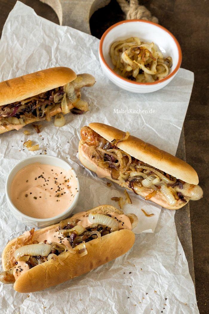 Photo of Hot Dogs mit Bratwurst, schneller Hot Dog Sauce & gegrillten Zwiebeln
