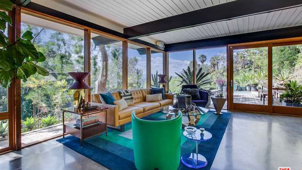 This Studio City house has walls of glass, a pool, and so much landscaped outdoor space. Hudson was supposedly here between 1951 and 1955; the place has changed since then, but remained snazzy throughout the years.
