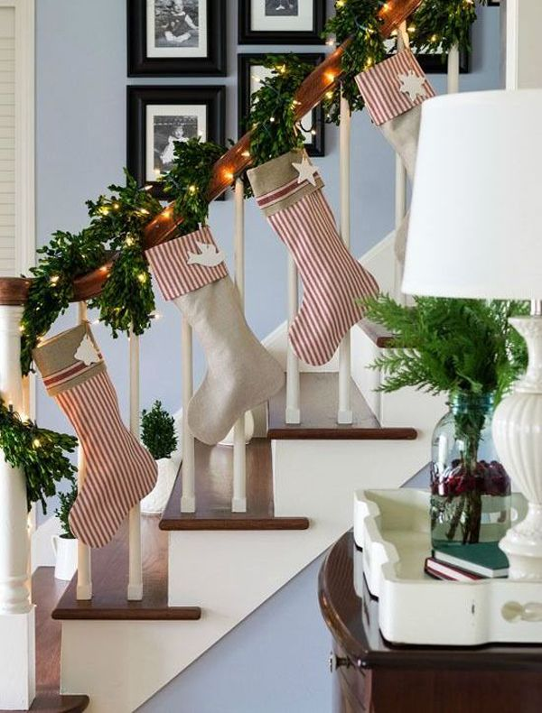 35 amazing christmas staircase with banister ornaments - Christmas Staircase