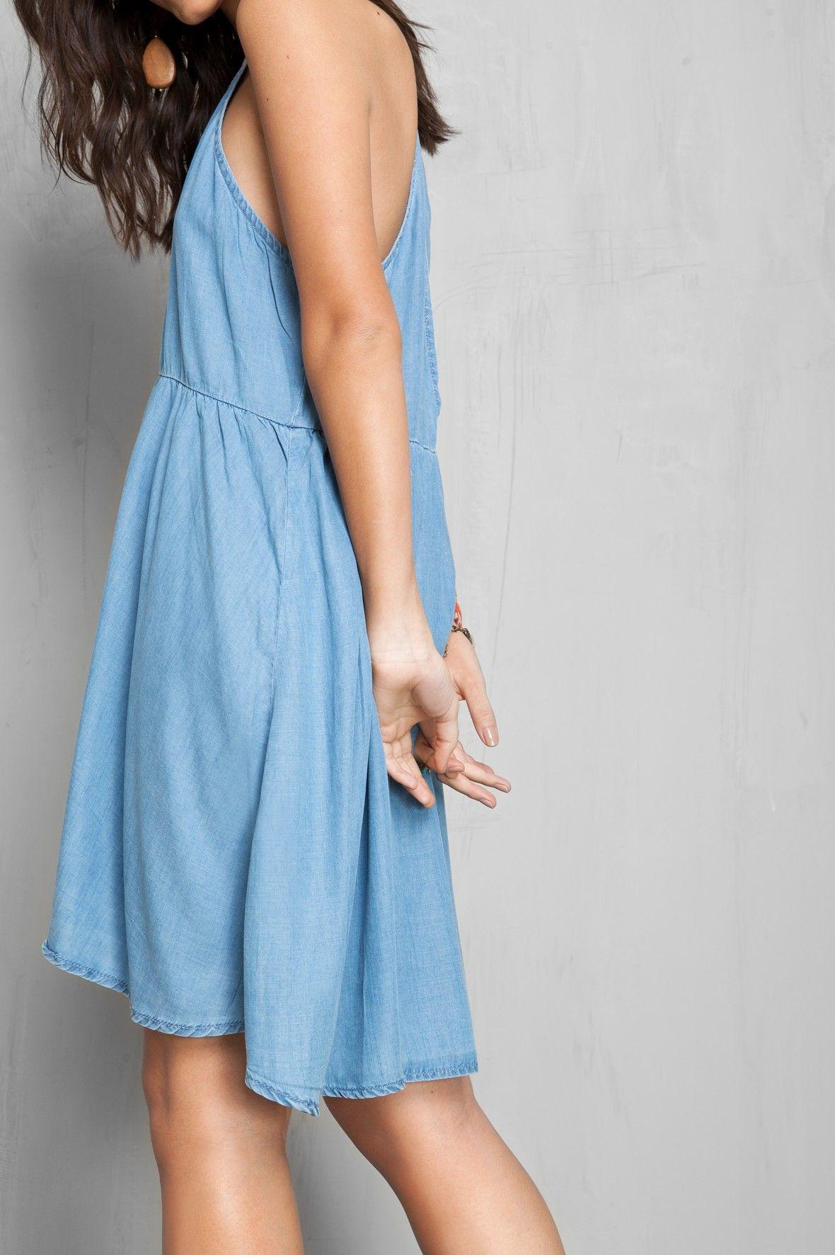 a18422d92 vestido em jeans levinho, modelagem ampla, alças finas e decote nas costas  com fechamento por botão na parte de trás.
