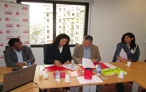 Miembros de Asoprotec y de la Confederacíon de Comercio de Cataluña(CCC) luego de firmar el acuerdo.