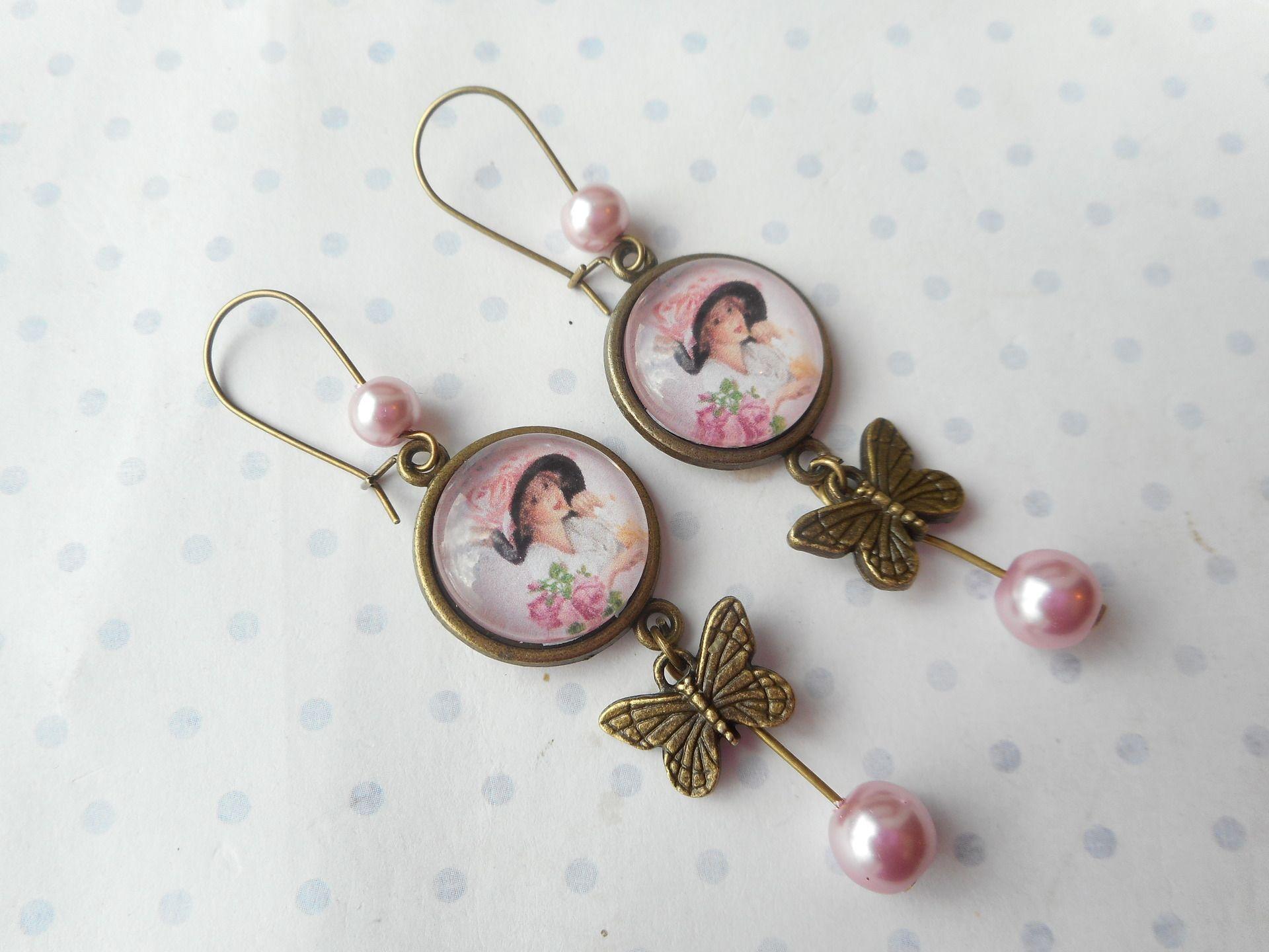 """Grandes boucles d'oreille dormeuses vintage """"la belle au chapeau rose - papillon"""" les pois rouge et blanc - création : Boucles d'oreille par miss-coopecoll"""