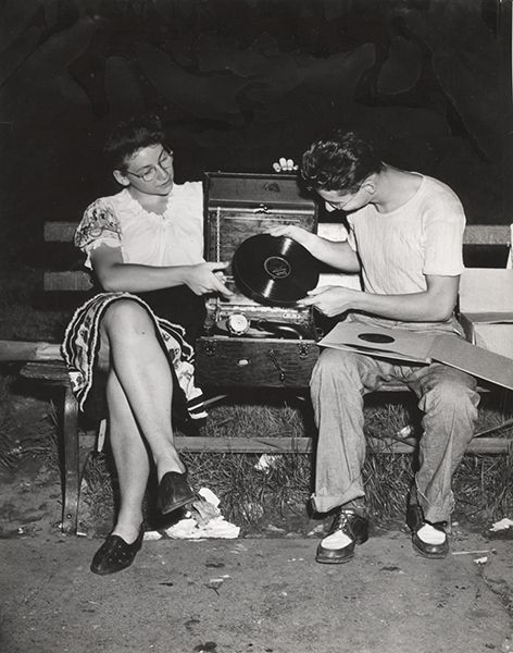 Weegee, After midnight in Washington Square, Folk Dance, ca. 1946