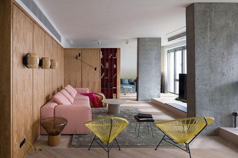 Soggiorno con un divano di colore rosa, idee per arreda casa, pareti ...