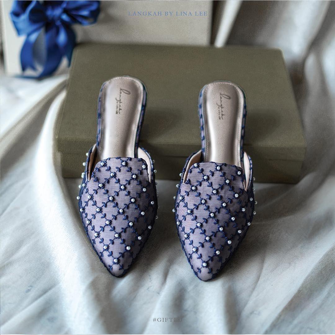 Sepatu pernikahan berwarna putih sudah terlalu sering