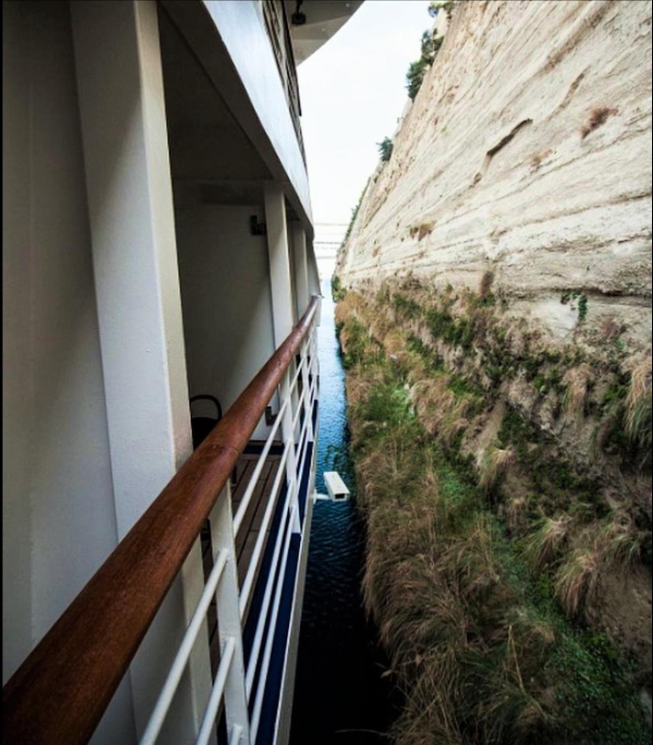 La nave de Silversea Cruises pasando por el Canal de Corinto que es sólo nueve pies más ancho que el barco.