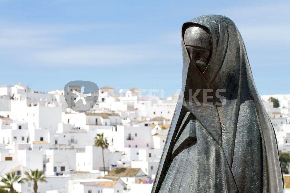 """the vejer sculpture"" von Bernd Hoyen #fotografie #photography #fotokunst #photoart #stadt #städte #city #cities #panorama #skulptur #skulpturen #sculpture #sculptures #weiss #white #urban #stadtlandschaft #stadtlandschaften #cityscape #cityscapes #spanien #spain #andalusien #andalusia #vejer"