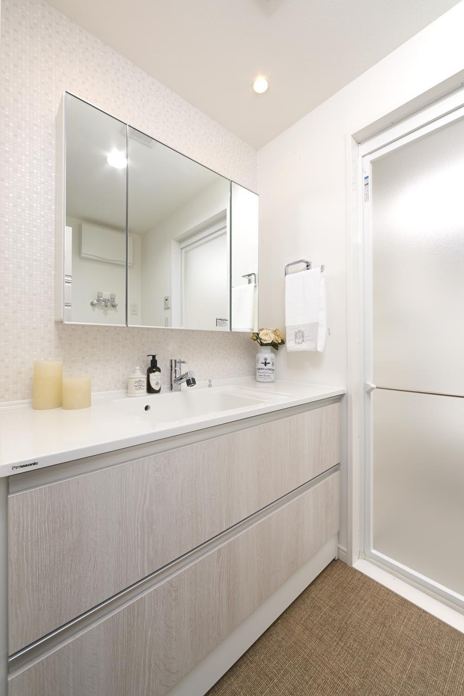 白を基調とした明るい洗面所には おしゃれな三面鏡付 洗面所