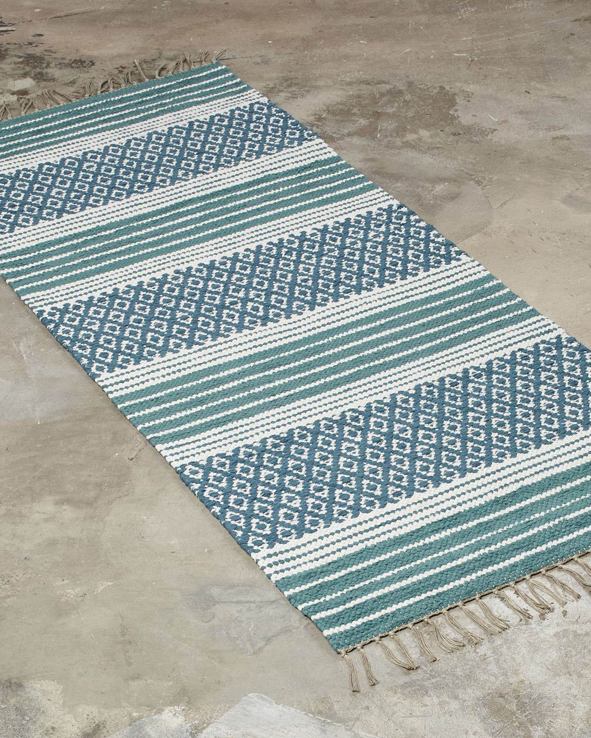 A striking design combining both decoration and tradition. Best suited for narrow spaces, such as hallways or as a bedside rug.
